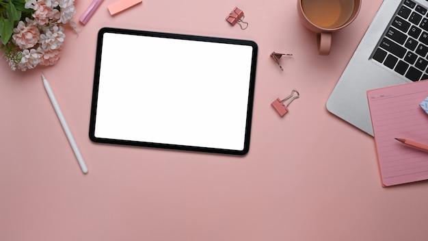 デジタルタブレットのラップトップと事務用品の上面図