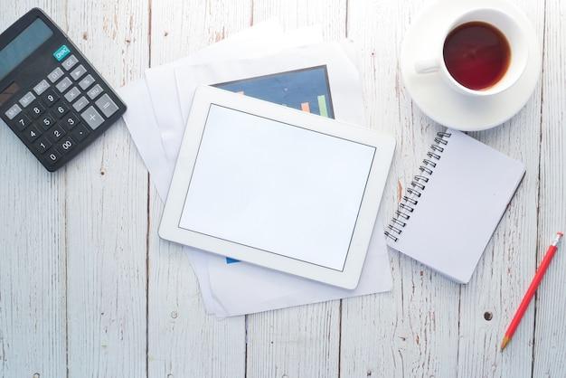 테이블에 사무실 공급 업체와 디지털 태블릿의 최고 볼 수 있습니다.