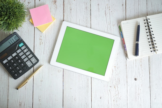 테이블에 사무실 공급 업체와 디지털 태블릿의 상위 뷰