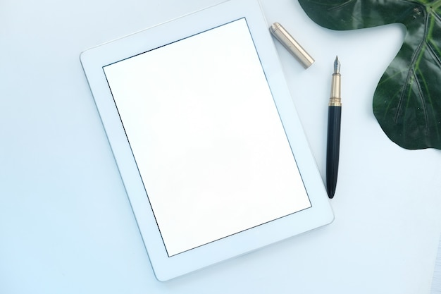 Вид сверху цифрового планшета с офисными поставщиками на белом пространстве