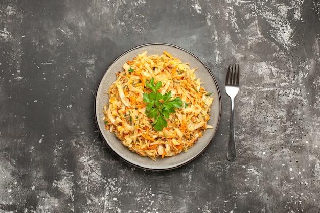 食欲をそそるキャベツにんじんハーブの皿フォークの上面図
