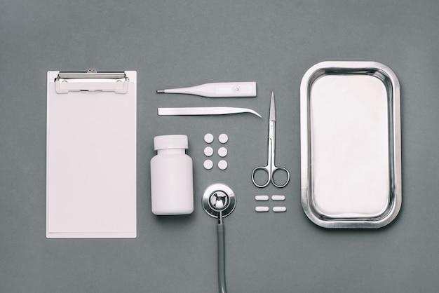 Вид сверху стола врача со стетоскопом и медицинскими изделиями. плоская планировка.