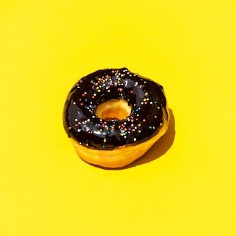 Вид сверху на пончик с красочными начинками изолированы