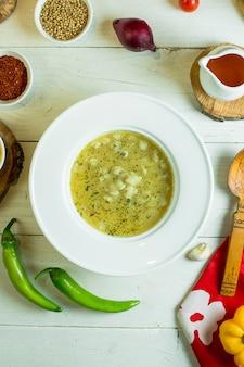 白い皿にドゥシュバラ餃子スープのトップビュー