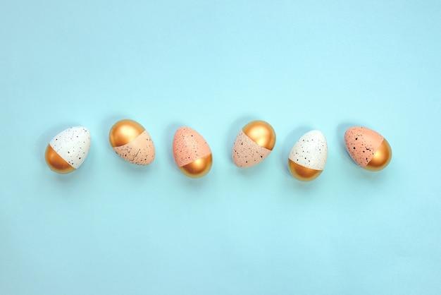 Вид сверху на пасхальные яйца, окрашенные золотой краской