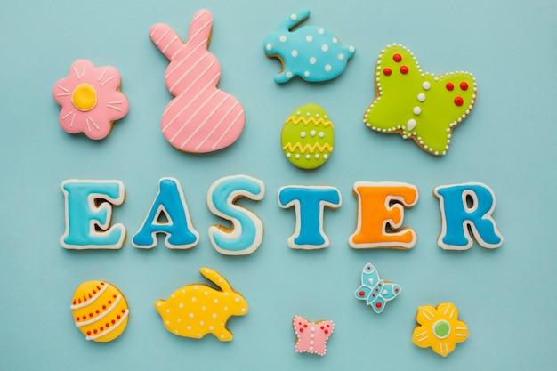 Вид сверху пасхальных яиц с фигурами кролика и бабочки