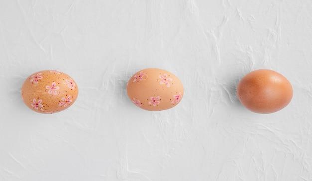 装飾が施されたイースターエッグの上面図 無料写真