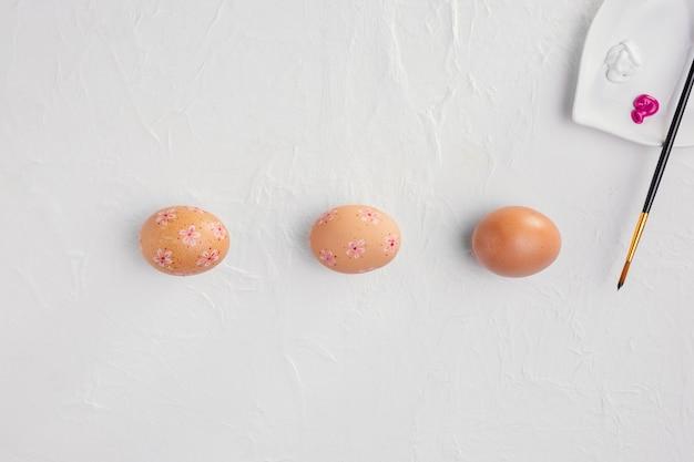Вид сверху пасхальных яиц с краской