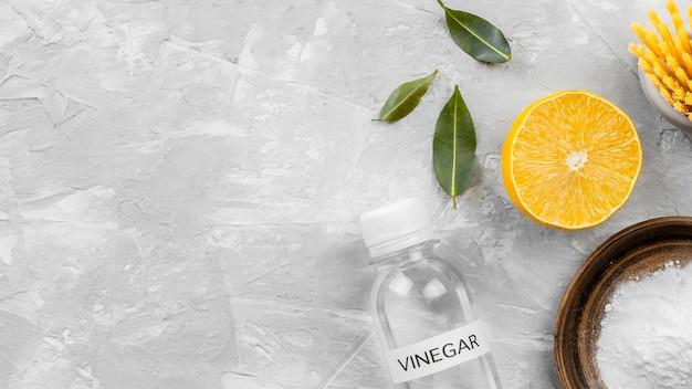 Вид сверху на эко-чистящую пищевую соду и лимон с копией пространства