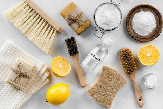 Вид сверху на эко чистящие средства и щетки