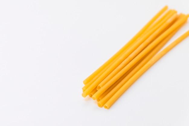 Вид сверху на экологически чистые соломинки для макарон на светлом фоне с копией пространства