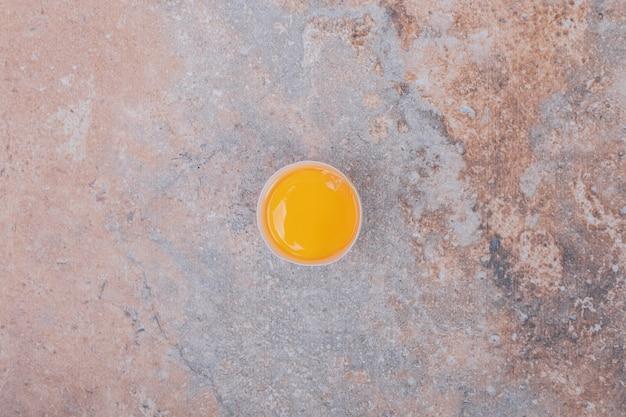 大理石のテーブルに分離された卵黄の上面図。