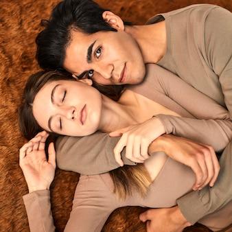 Вид сверху обнял мужчина и женщина