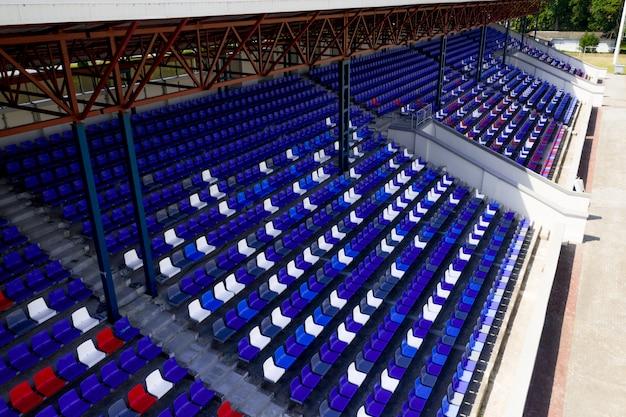 空のフットボールの平面図は、大規模なフットボールスタジアムに立っています。