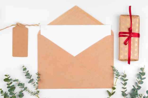 크리스마스 장식으로 나무 테이블에 빈 편지의 상위 뷰