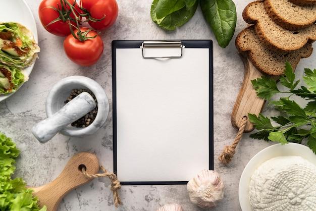 Вид сверху пустого меню с помидорами и хлебом