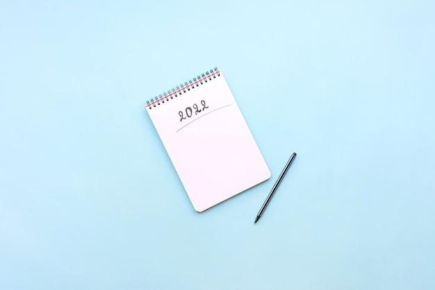 Вид сверху пустой записной книжки, готовой к новым 2022 годам резолюциям или списку желаний