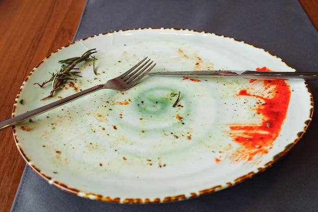 식사가 끝난 후 더러운 빈 접시의 상위 뷰
