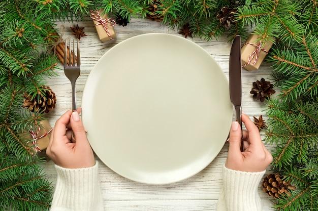 나무 크리스마스 테이블에 빈 접시의 상위 뷰