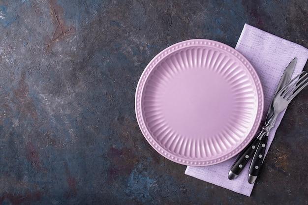 ナプキン、ナイフ、フォークで空のプレートの上面図。