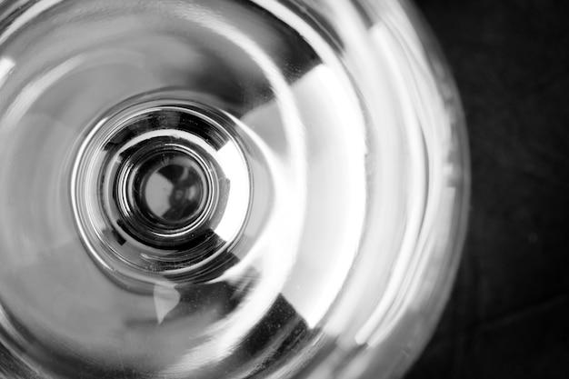 空のワイングラスの上面図。閉じる
