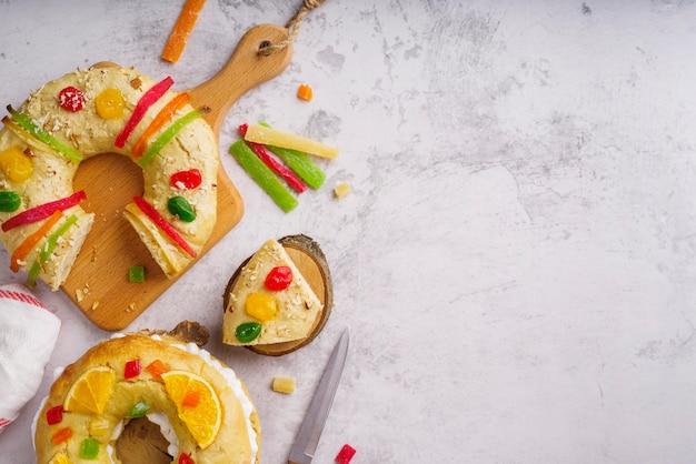 お菓子とコピースペースのあるエピファニーデーのデザートの上面図