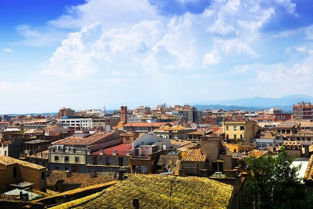 Вид сверху на европейский город в солнечный день. girona