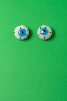 緑の背景に眼球の上面図