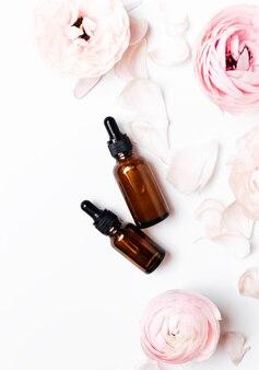 Вид сверху бутылки капельницы лица и цветов