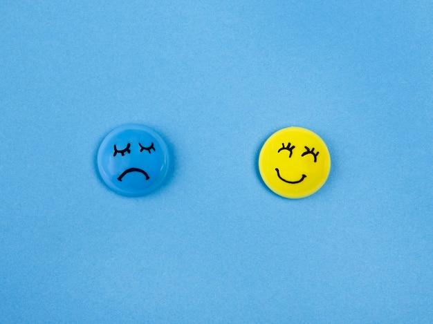 Вид сверху лица с эмоциями на синий понедельник