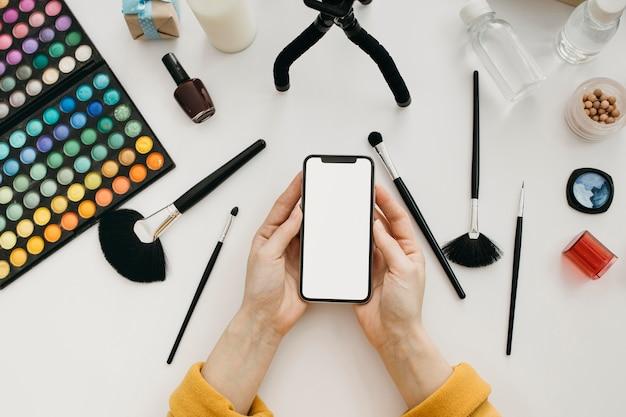 Вид сверху на женщину-блогера, транслирующую онлайн-трансляцию со смартфона