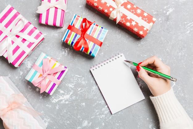 セメントのクリスマスの表面のノートに女性の手書きの上面図