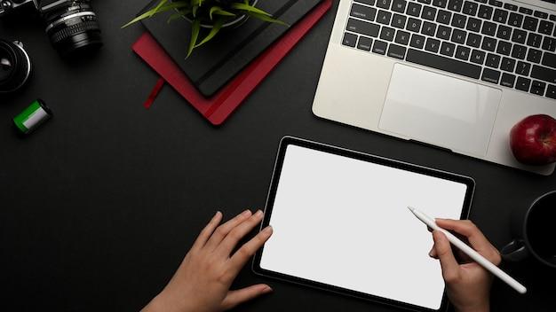 디지털 태블릿에 노력하는 여성 손의 상위 뷰