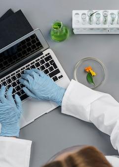 테스트 튜브와 노트북 여성 연구원의 상위 뷰