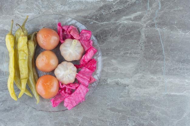 Вид сверху квашеной капусты и маринованных овощей