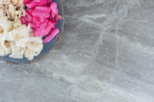 Вид сверху квашеной капусты. квашеная капуста розовая и белая