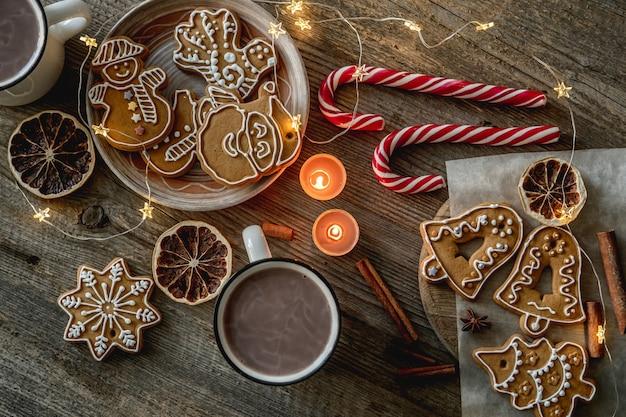 ココアとクリスマスの装飾の横にあるお祝いのジンジャーブレッドの上面図