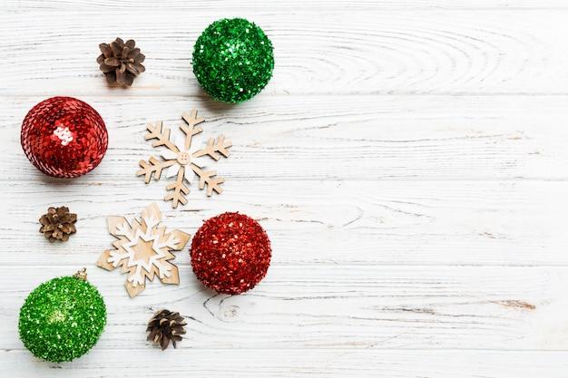 あなたのデザインの空スペースで木製の背景にお祝い冬組成の平面図です。クリスマスつまらないものと装飾。新年のコンセプト