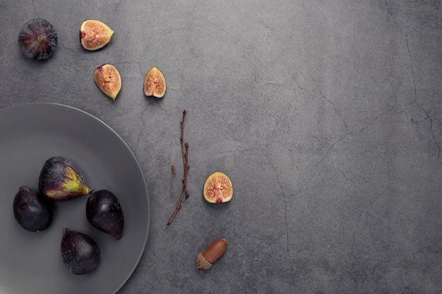 Вид сверху инжир на тарелку с копией пространства