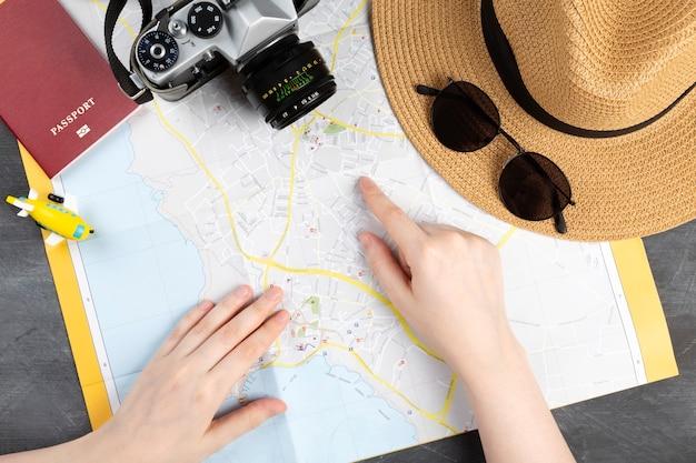 マップ上を指している指の平面図