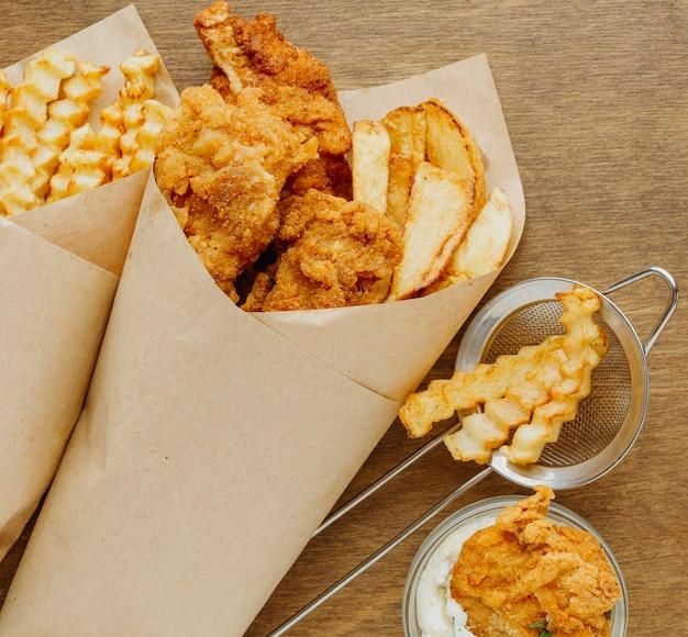 Вид сверху на блюдо из рыбы и жареного картофеля