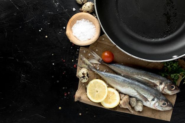 レモンとパンと魚のトップビュー