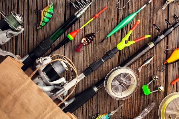 Вид сверху рыболовных принадлежностей в бумажном пакете