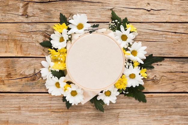 木製のテーブルに花の概念のトップビュー