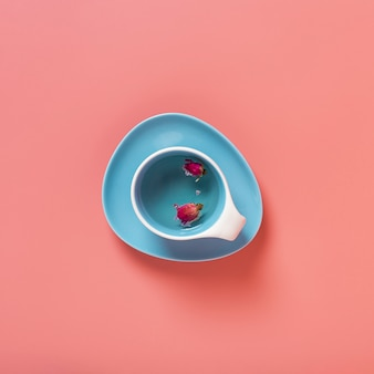 Вид сверху цветка внутри чашки с простым фоном