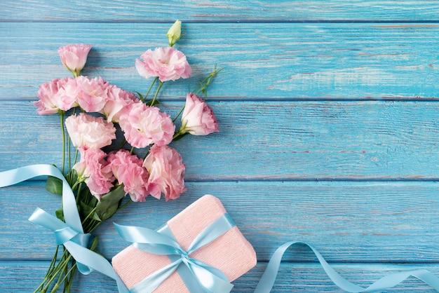 Вид сверху букет цветов с подарком