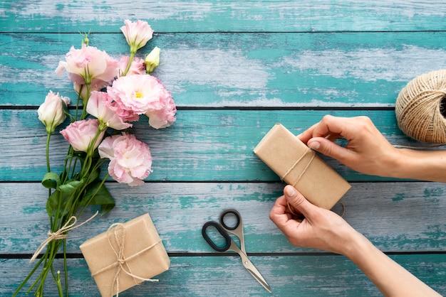 ギフトと花の花束の上面図