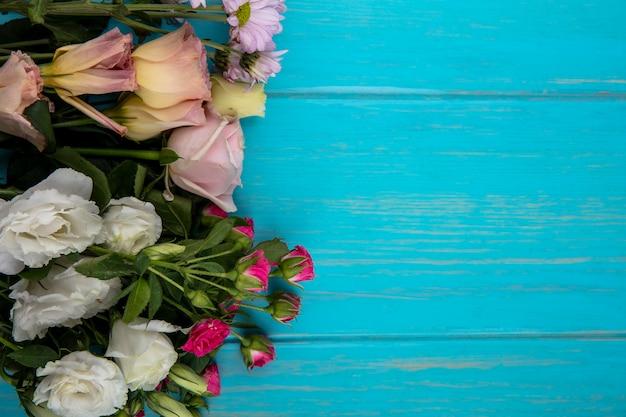コピースペースのある青い背景の花の上面図