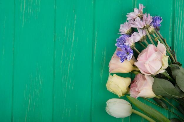 コピースペースと緑の背景の花の上面図