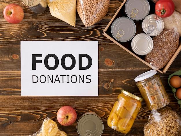 Вид сверху еды для пожертвования в коробке